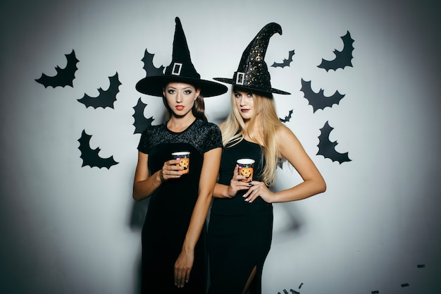 Donne con tazze sul partito insieme
