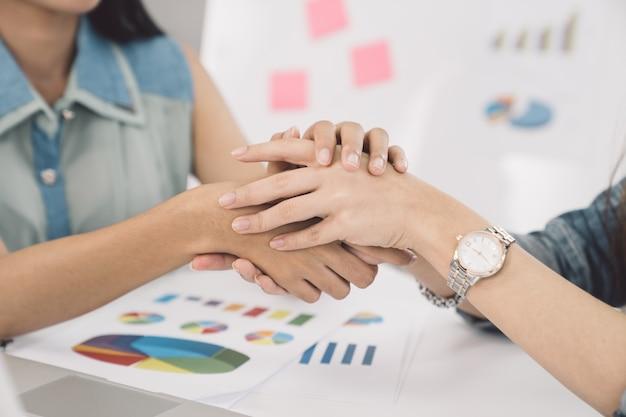 Donne d'affari si stringono la mano