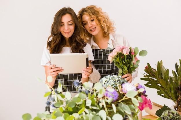 Donne del piano medio che lavorano al deposito di fiore