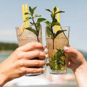 Donne del primo piano che godono dei cocktail estivi