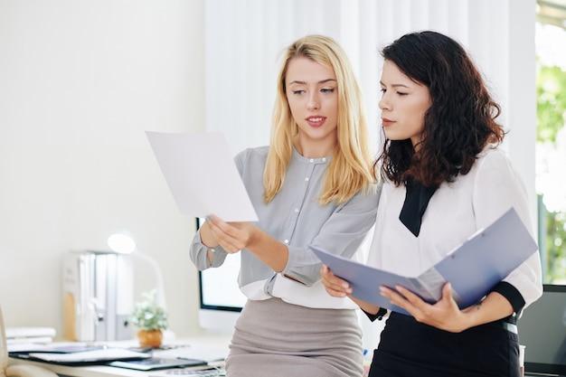 Donne di affari che discutono del rapporto