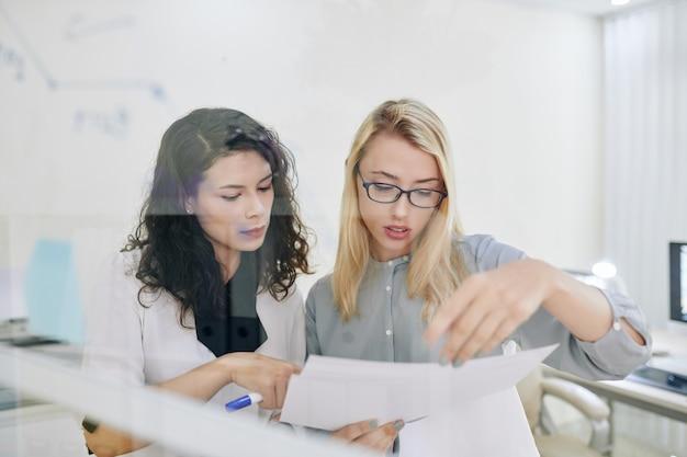 Donne di affari che leggono documenti