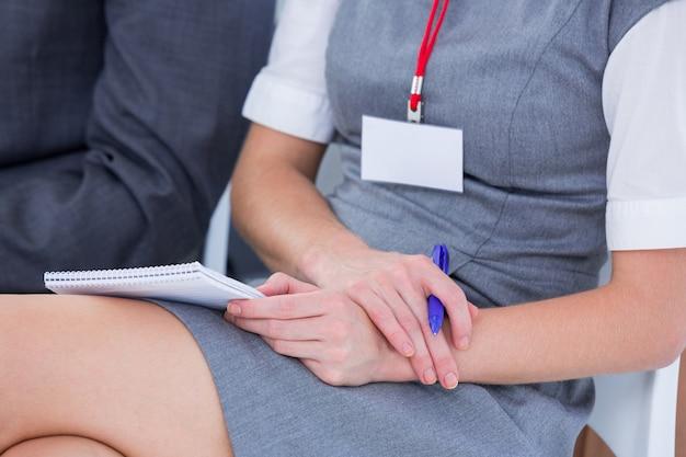 Donne di affari che prendono nota durante un commovente nell'ufficio