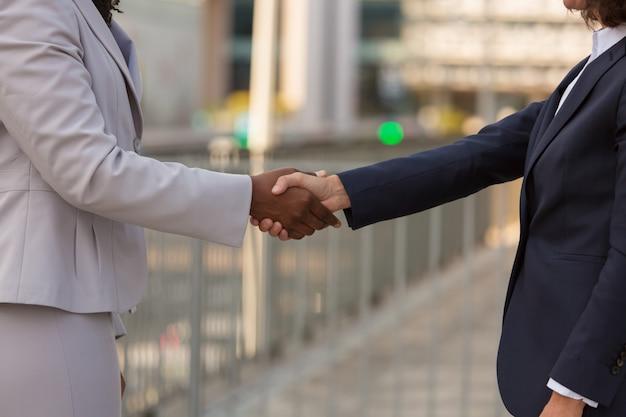 Donne di affari che stringono le mani a vicenda