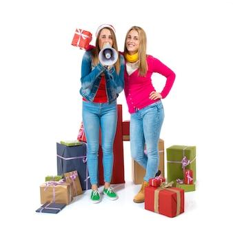 Donne di natale che tengono i regali sopra priorità bassa bianca