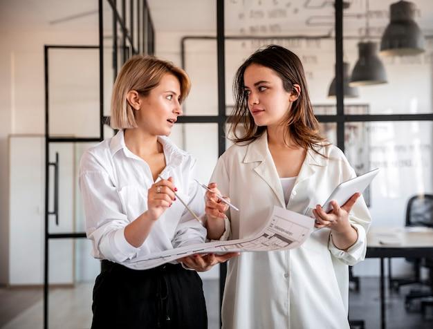Donne di vista frontale che lavorano insieme
