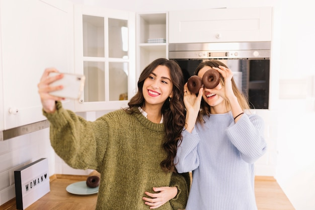 Donne divertenti prendendo selfie