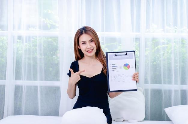 Donne e grafico giovani donne d'affari presentano piani aziendali il concetto di un uomo d'affari di successo