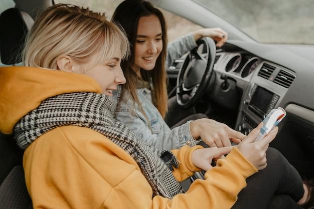 Donne felici che esaminano la mappa di viaggio