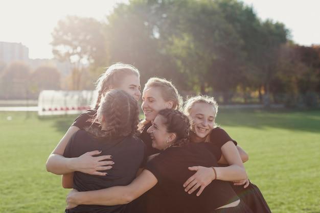 Donne felici che si abbracciano