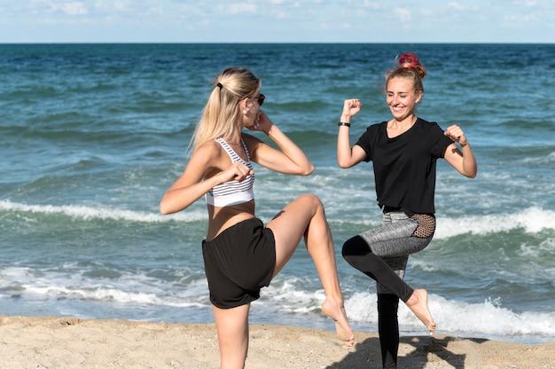 Donne felici che si allenano insieme all'aperto