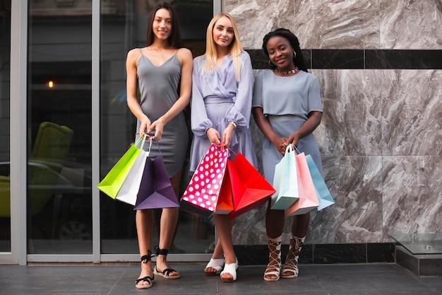 Donne felici con borse della spesa