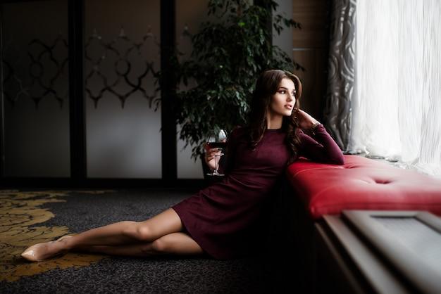 Donne glamour con il lamento su sfondo nero