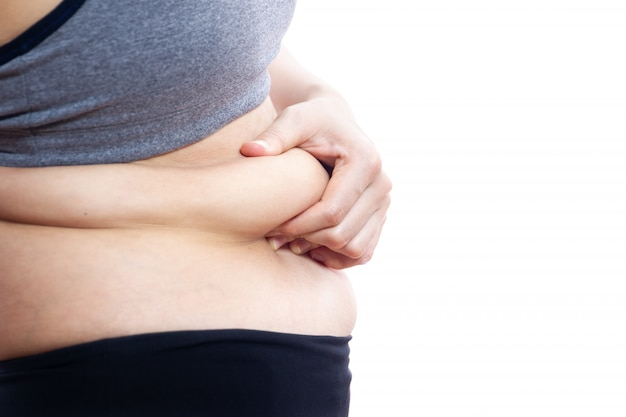 Donne grasse malsane che prendono la sua fine della pancia in su. isolato su sfondo bianco.
