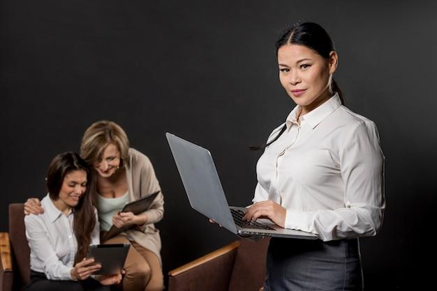 Donne impegnate a lavorare