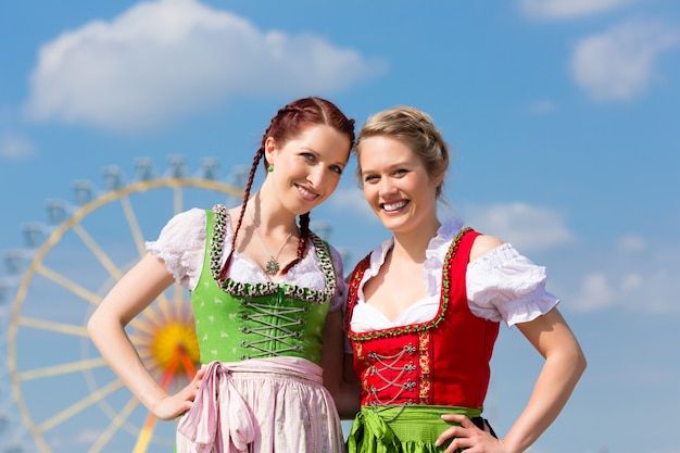 Donne in abiti tradizionali bavaresi o dirndl in festa