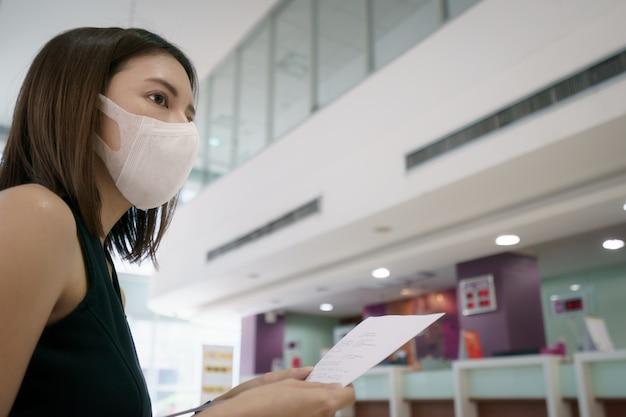 Donne in biglietteria in attesa di cambio o biglietto di rimborso completo dopo l'epidemia di coronavirus.