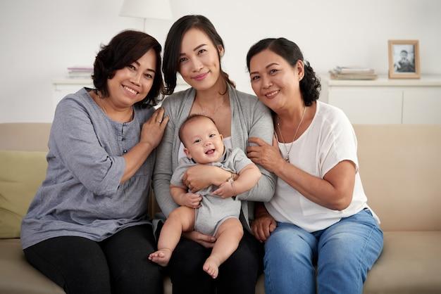 Donne in famiglia asiatica
