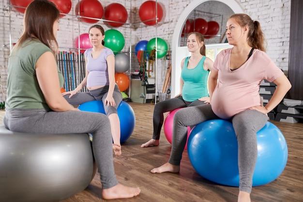 Donne in gravidanza che ascoltano istruttore di fitness