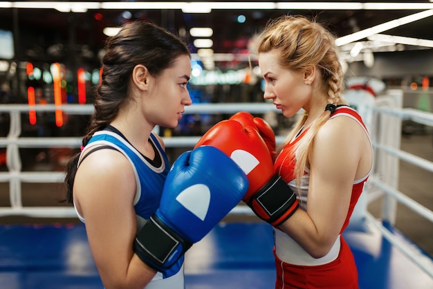 Donne in guanti rossi e blu boxe sul ring