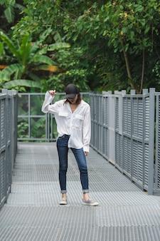 Donne in piedi in posa su un ponte di ferro nel parco