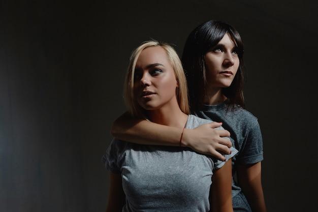 Donne in posa sul muro