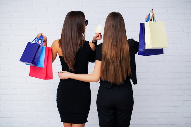 Donne in possesso di borse nere sulla luce in vacanza venerdì nero