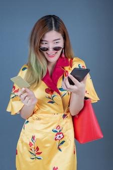 Donne in possesso di smart card e telefoni cellulari
