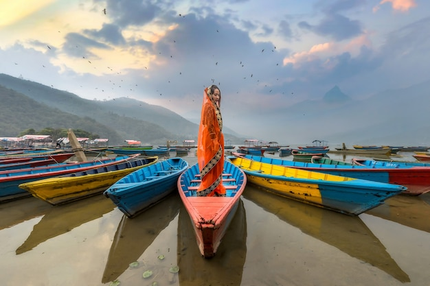 Donne in sari che stanno sulla barca, lago phewa, città di pokhara, nepal