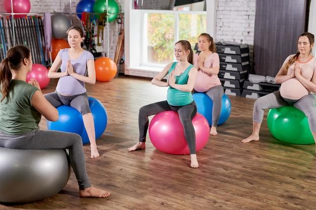 Donne incinte che fanno yoga