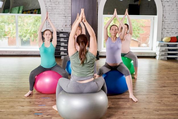 Donne incinte che godono dello yoga