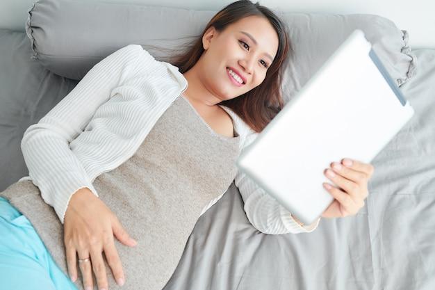 Donne incinte che guardano video online