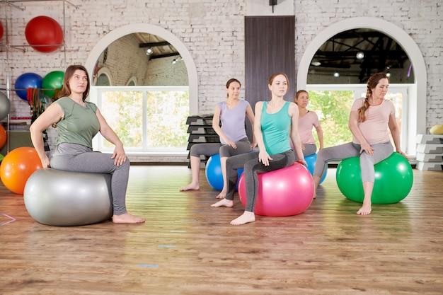 Donne incinte che si esercitano nel fitness club