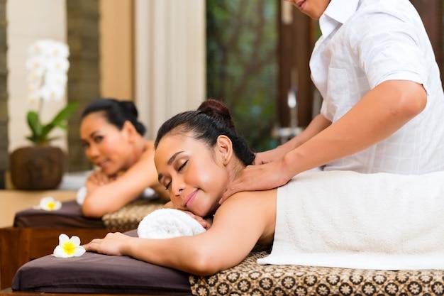 Donne indonesiane al massaggio spa benessere