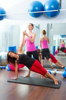 Donne istruttore aerobico pilates personal trainer
