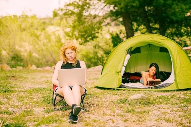 Donne multirazziali che si rilassano mentre fanno un'escursione