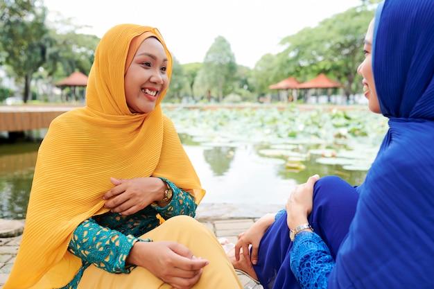 Donne musulmane che parlano con la migliore amica