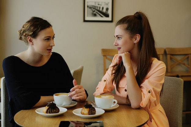 Donne nel caffè
