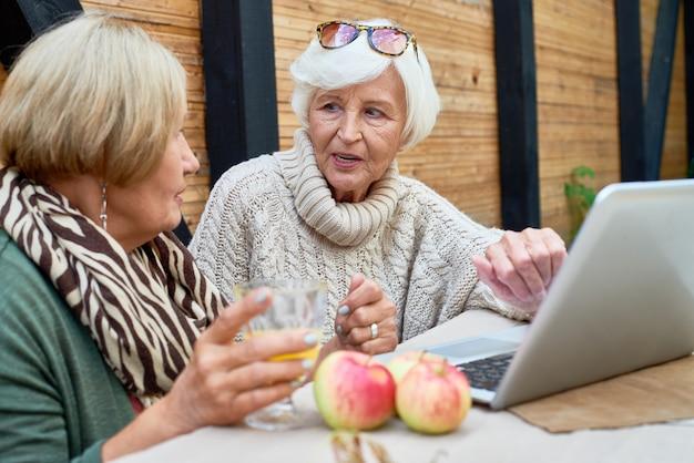 Donne senior che per mezzo del computer portatile