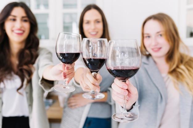 Donne sfocate con bicchieri da vino