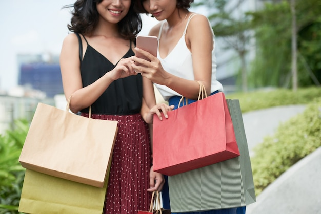 Donne sorridenti con lo smartphone