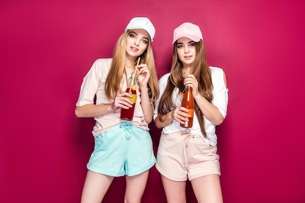 Donne sportive con bevande