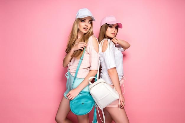 Donne sportive con borse