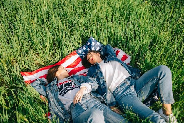 Donne sull'erba che si guardano