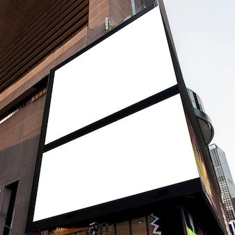 Doppi cartelloni pubblicitari mock-up sull'edificio della città