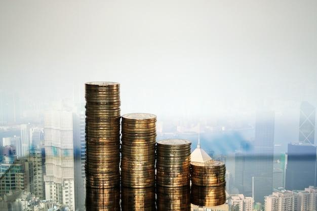 Doppia esposizione di monete e tablet con città