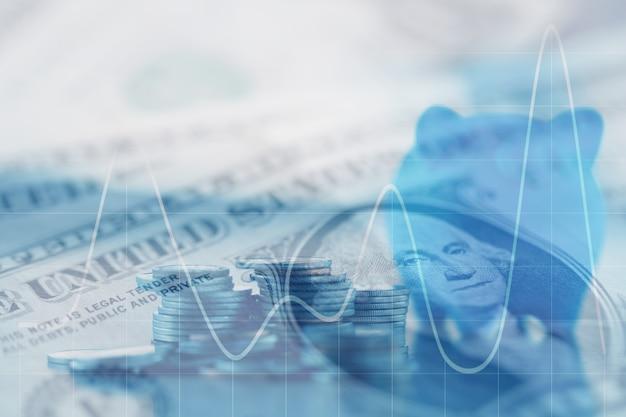 Doppia esposizione righe di monete di denaro, denaro, dollaro sul tavolo.