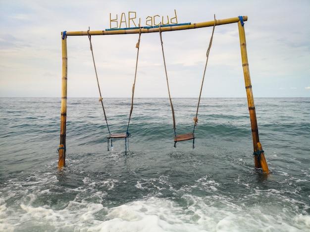 Doppia oscillazione nell'oceano sulla spiaggia nel villaggio di amed in bali indonesia