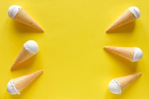 Doppio bordo laterale di coni gelato alla vaniglia