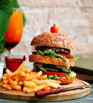 Doppio hamburger con patatine fritte